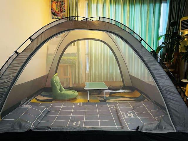 帐篷里面搭了小桌子和椅子。