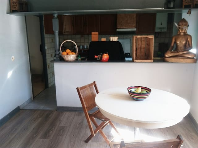 Salle à Manger et Cuisine en arrière plan