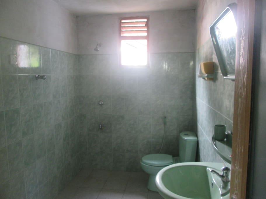 gefliestes badezimmer