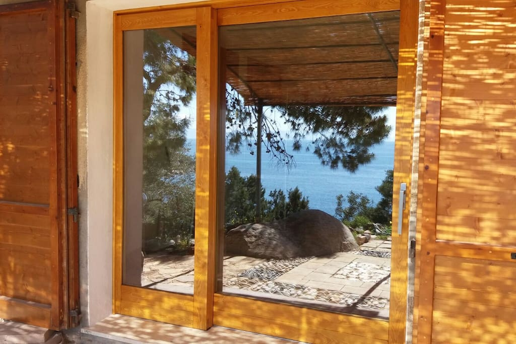 Il mare si riflette sull'ampia vetrata