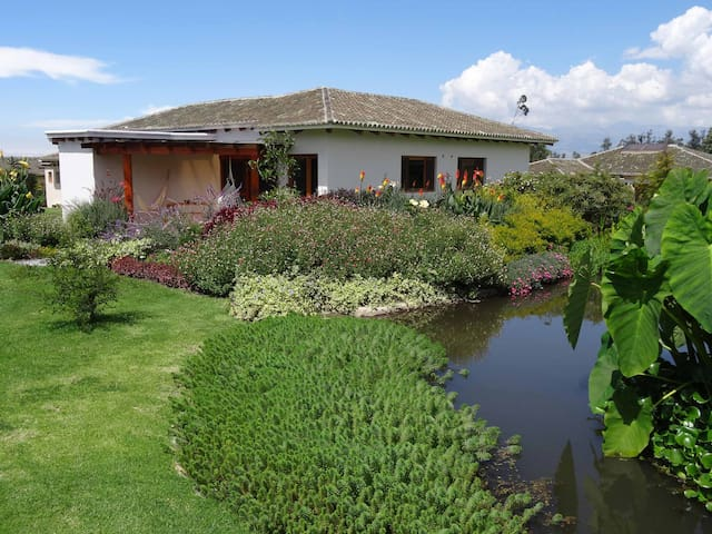Pakakuna Gardens- 1 BR House, Near Quito Airport