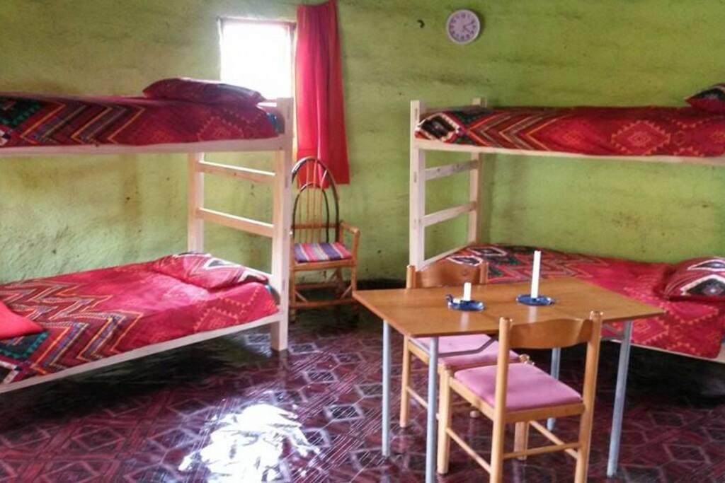 Binnen in de 'rondavel' staan twee stapelbedden en twee tweepersoons bedden