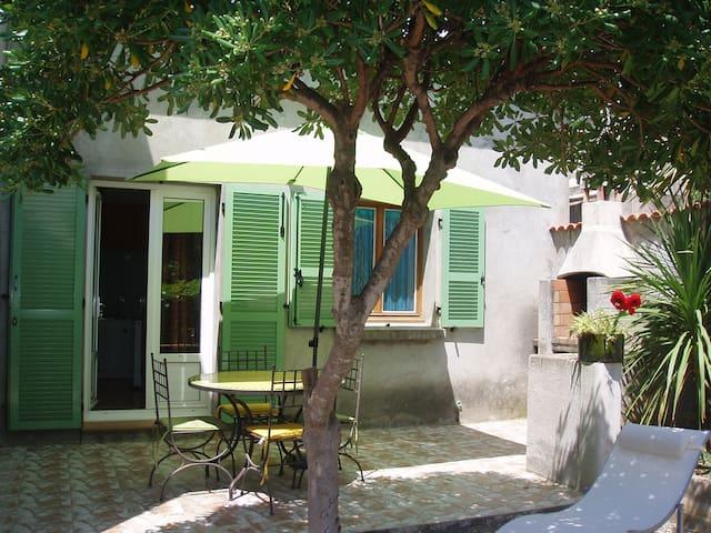 Chambre confort dans Maison avec terrasse et cour