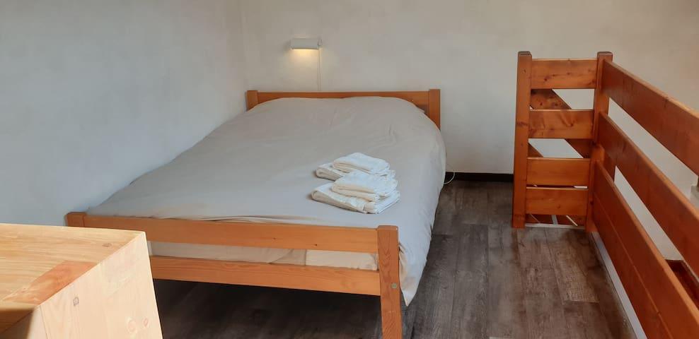 Lit double sur la mezzanine (chambre 3)/ Double bed in Mezzanine (Bedroom 3)