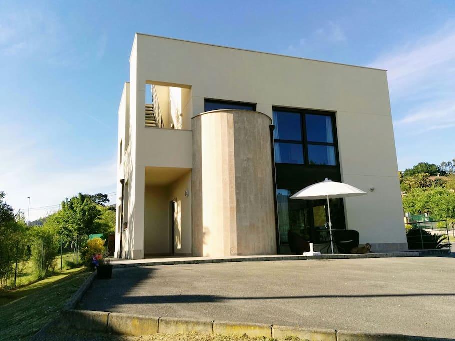 Casa moderna en oviedo asturias casas en alquiler en las for Casa moderna espana