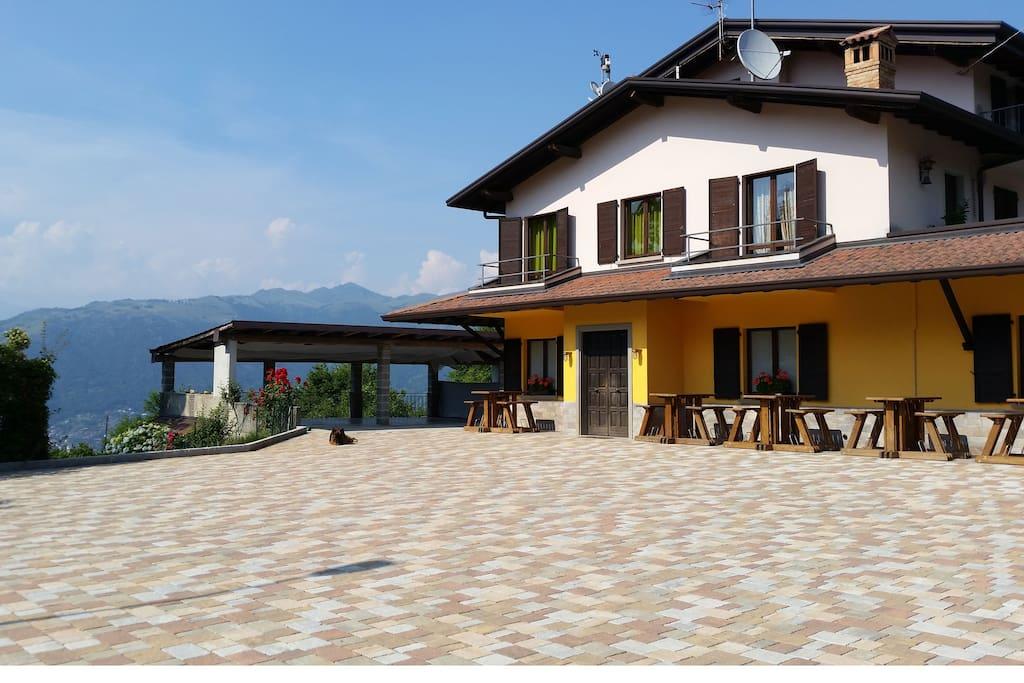 Open space apartment in mountain s villa alloggi nella for Affitto villa bergamo