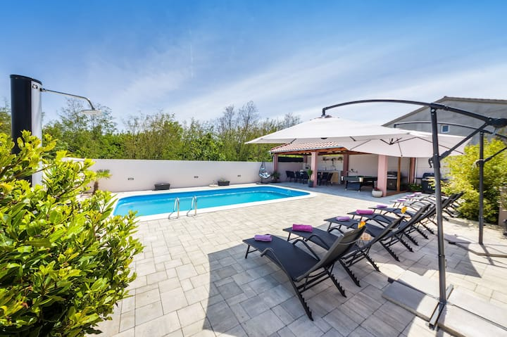 House Renata with heated pool, jazussi,