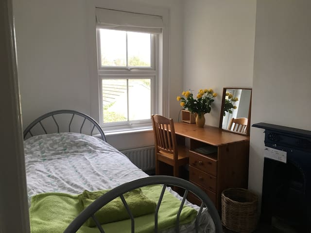 Single bedroom in pleasant, central setting