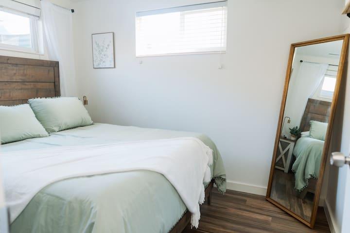 Bedroom one with firm Queen Tempur-Pedic mattress