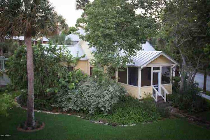 Hummingbird Cottage- Waterfront Views & Access