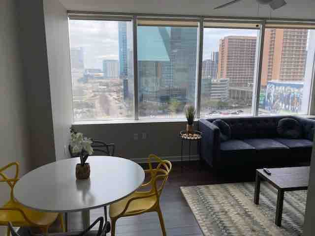 Comfy Mid-rise Downtown Apt with Rooftop Pool