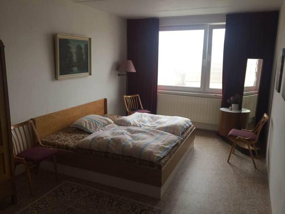 Slaapkamer 2, grootste slaapkamer. Uitzicht op de weg.