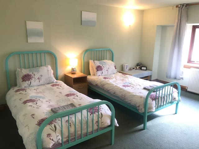 Twin room, mountain views- 10 mins to RWAS Builth