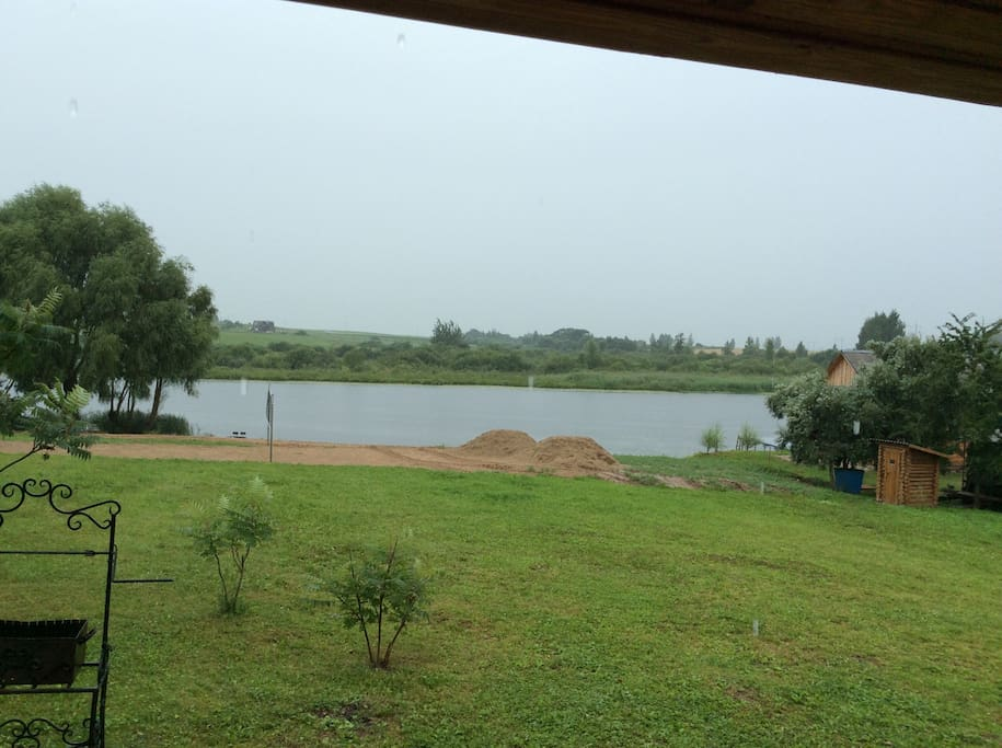 Вид из дома на озеро