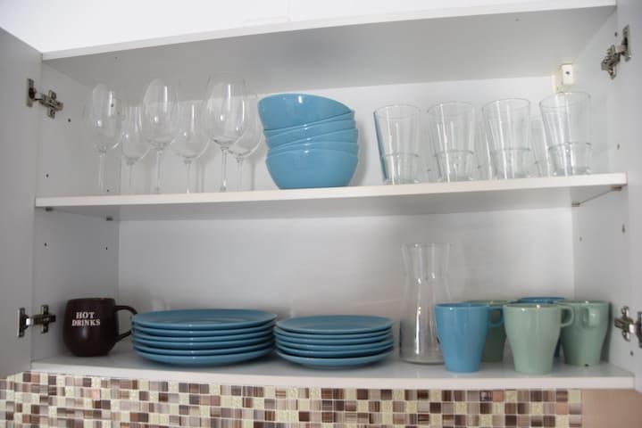 Gläser und Teller