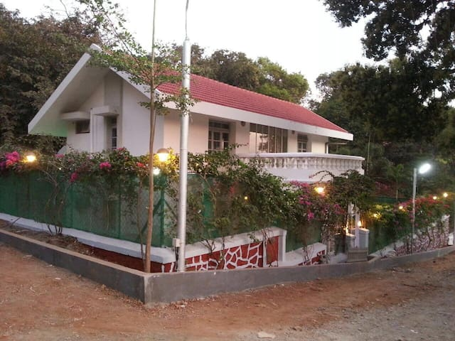 Private room in a Charming Cottage-Breakfast&Pool - Lonavala - Hus