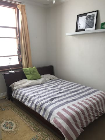 Lovely room in terrace close to Newtown and City