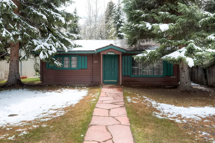 Quaint cottage downtown Aspen, pet friendly
