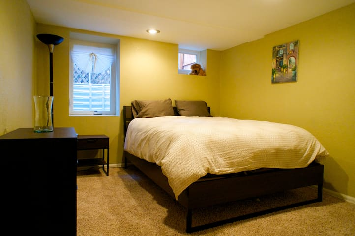 Private room, bath and living area-Entire basement - Denver - Huis