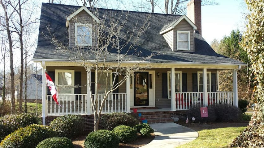 Charming Colonial 4bd in Greenville - Taylors - บ้าน