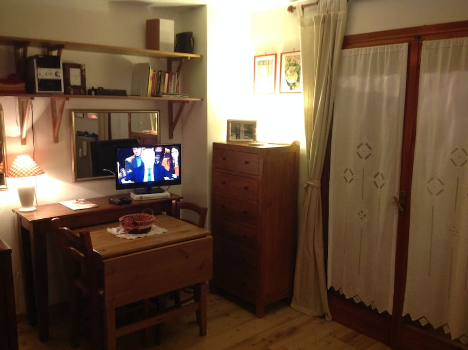 La zona pranzo con TV e cassettiera