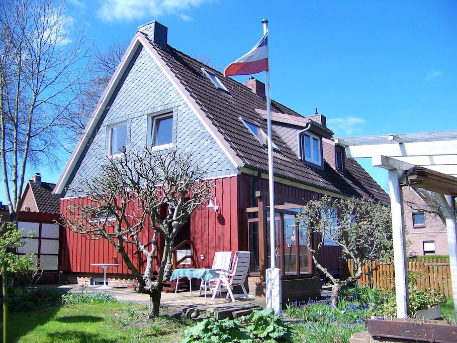 Südterrasse mit Gartenmobiliar für Frischluftliebende