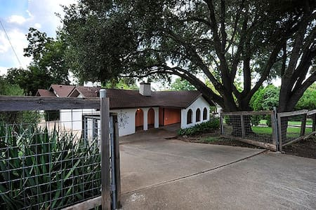 2BR/1.5BA Charming House Off SoCo