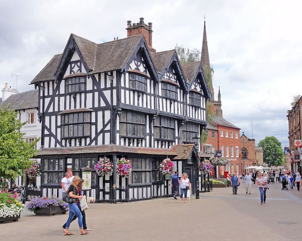 Medieval Cathedral city of Hereford Beautiful, historic 28m