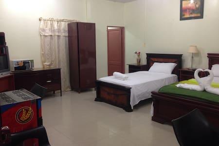 Habitación amplia con 2 camas, baño privado, aire acondicionado, tv y otros