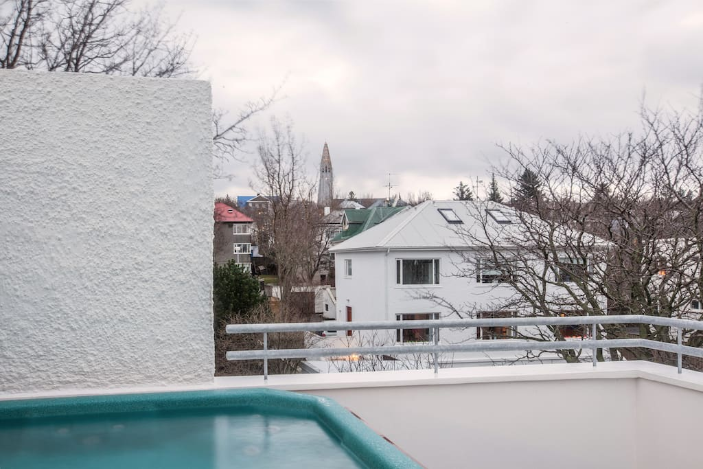 Rooftop hot tub with view over Hallgrimskirkjan and the volcano Keilir