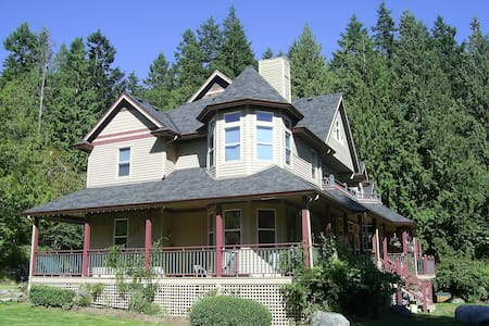 The Wild Rose Room - A&Q B&B - Roberts Creek - Bed & Breakfast