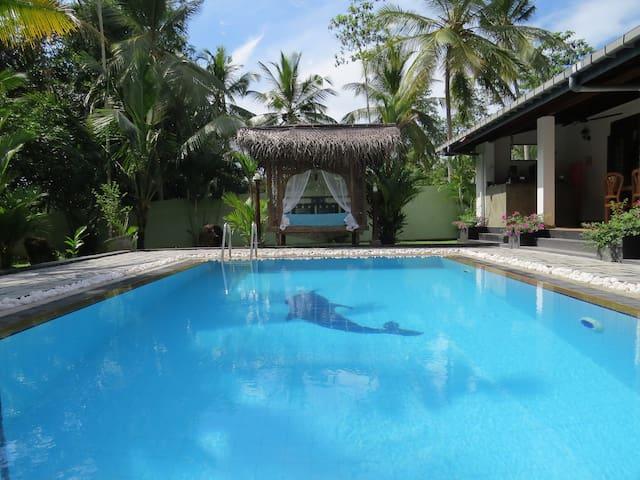 Villa Sapphire, Private Pool, A/C, Family Friendly - ฮิคคาดูวา - วิลล่า