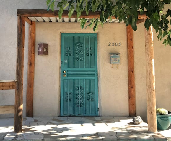 Old town: cute, comfy 2 bed, 2 bath adobe house.