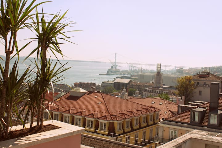 Superb CHIADO River View Luxury Apt - Lisboa