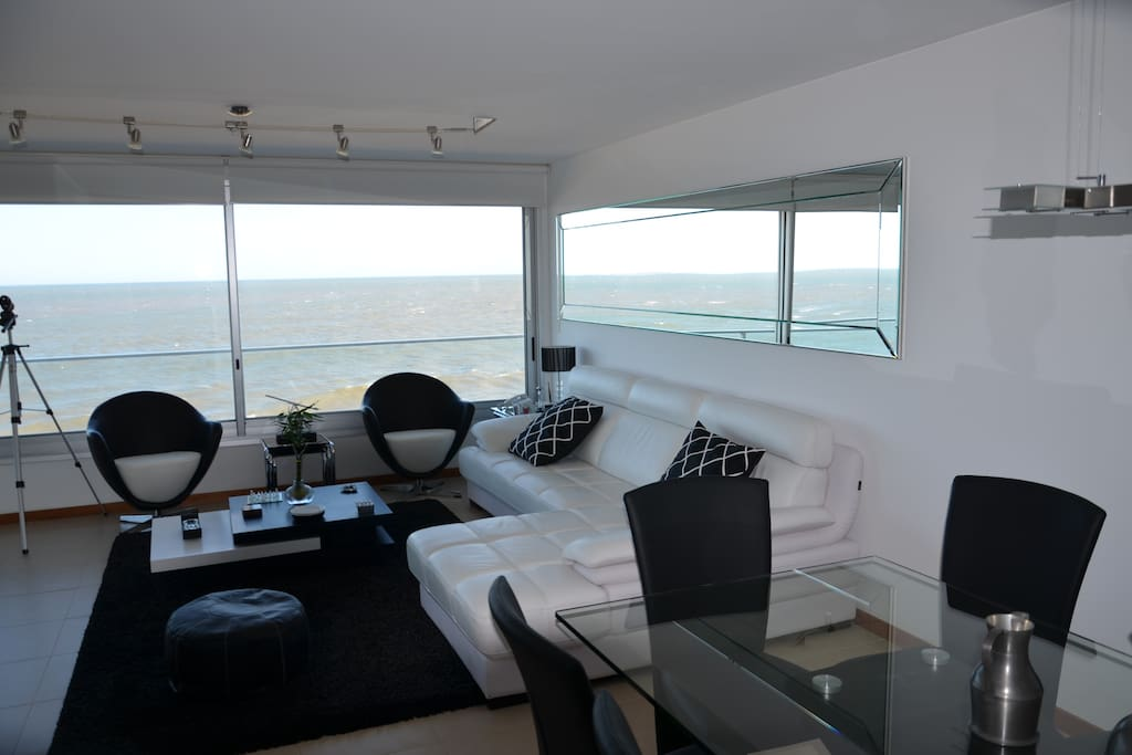 Living con muebles nuevos y vista impresionante