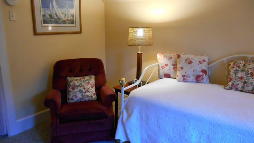Quiet Astor Apartment - Green Bay - Wohnung