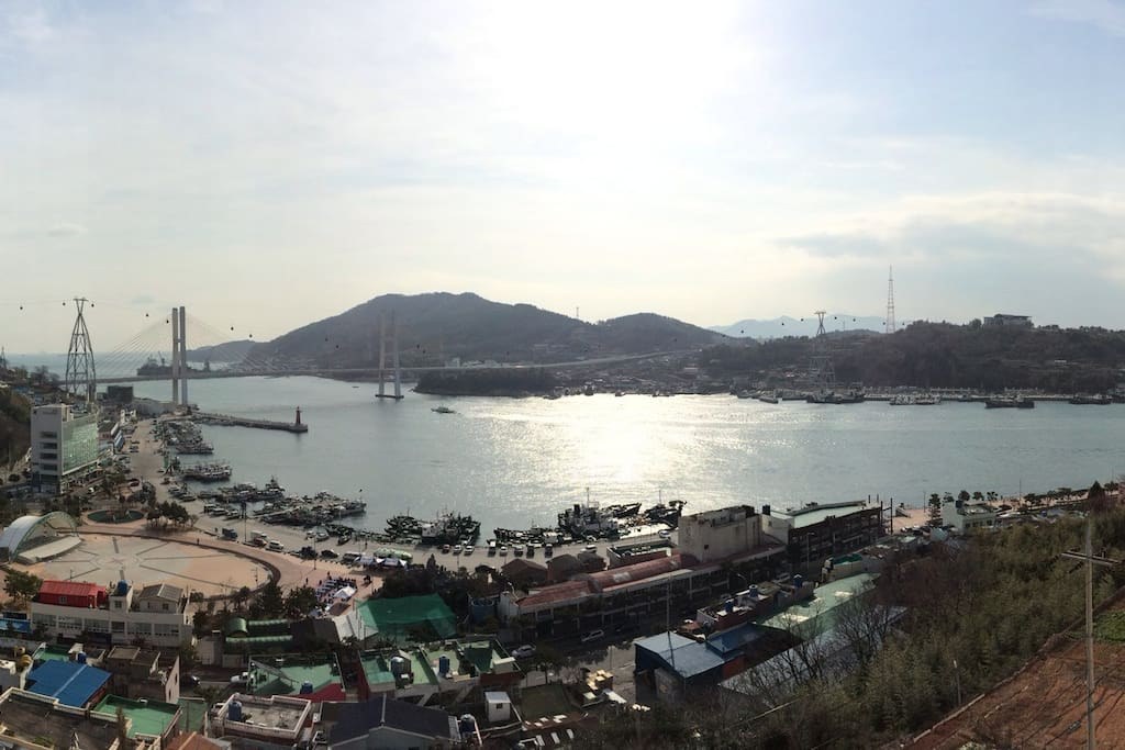 View during the day from the balcony 낮에 베란다에서 보이는 전망입니다.