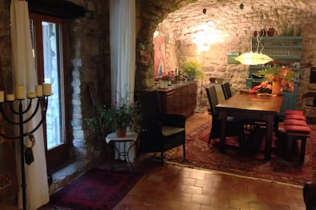 Historisches Natursteinhaus im Dorf - Lauroux - Huis