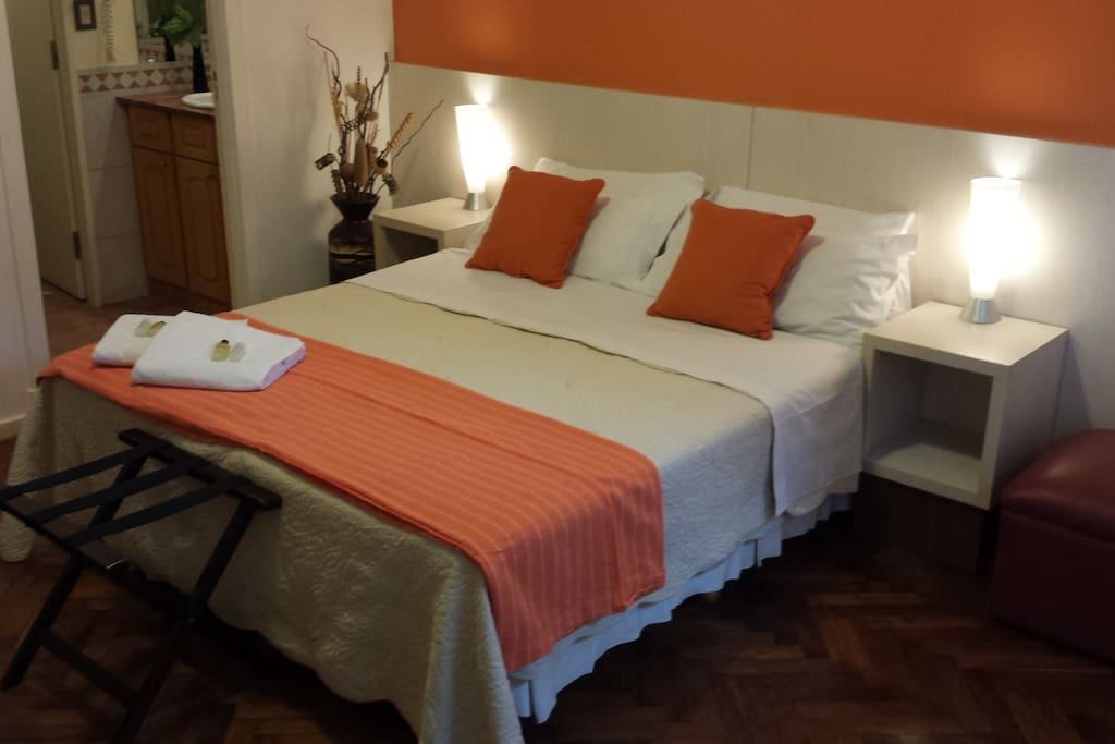 Amplia habitación de 24 m2, con baño en suite.
