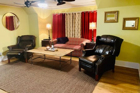 Stay in Heart of Central City (3 Min Walk- Winery)