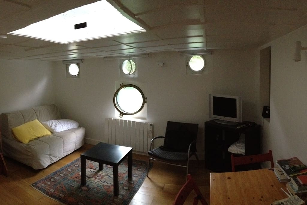 houseboat studio 25m on river seine houseboats for rent. Black Bedroom Furniture Sets. Home Design Ideas