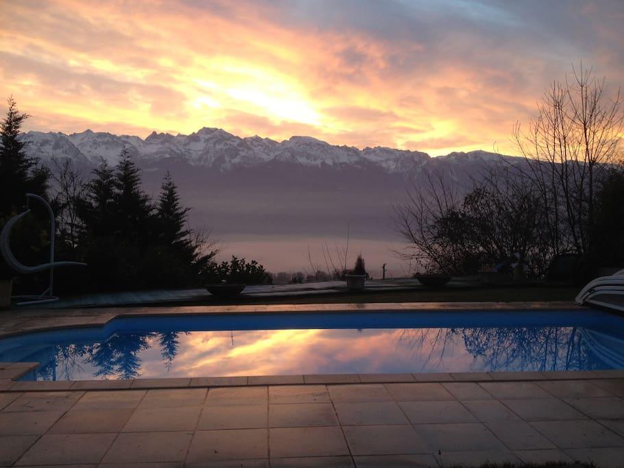 coucher de soleil sur les montagnes ...