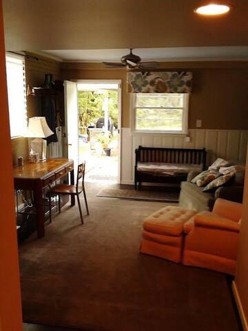 Nice room,  ensuite private bath - Durham - Casa