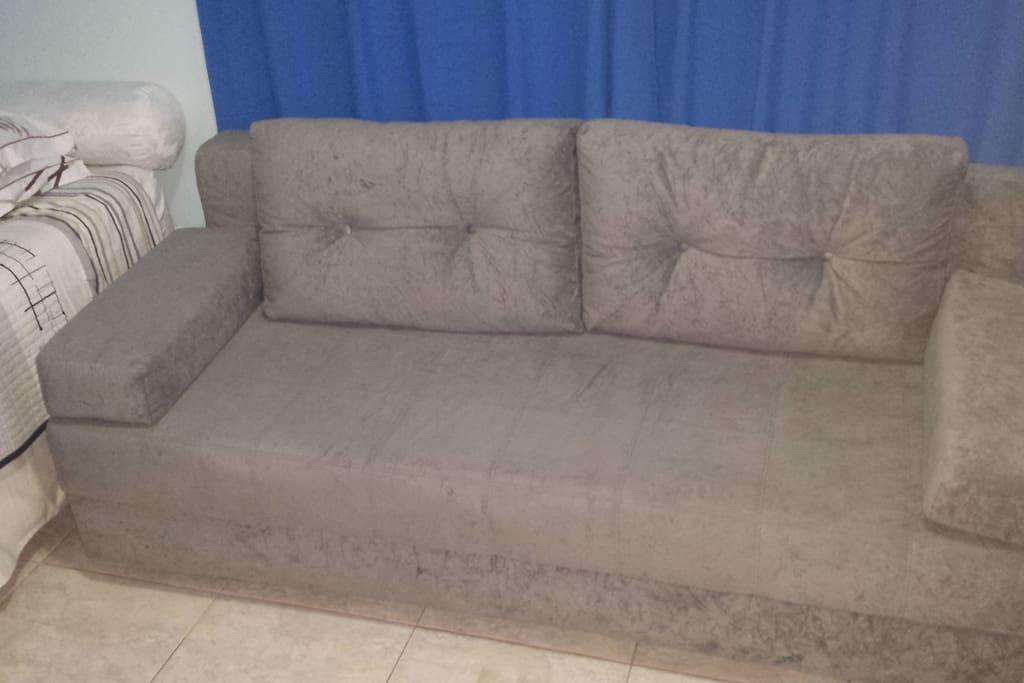 Sofá cama muito confortável.