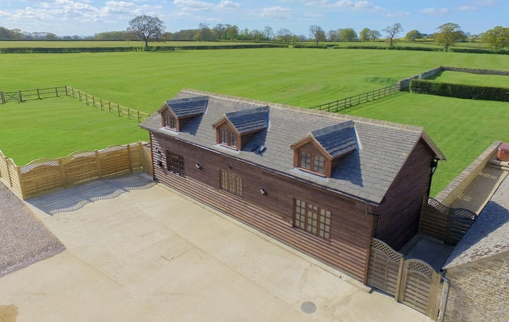 The Cotswold Manor Byre with Hot Tub & Games Barn
