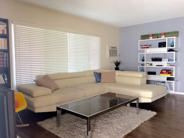 Spacious Sunny Apartment 1 BR 1 BA + Parking Spot - Los Angeles - Wohnung