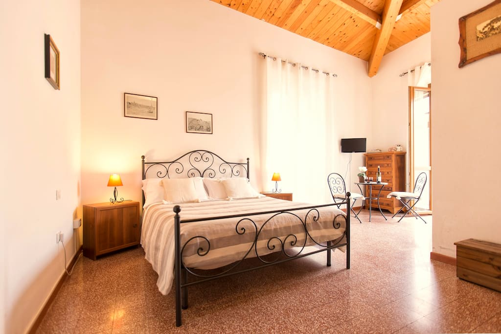 Room with picturesque balcony chambres d 39 h tes louer for Chambre d hote sardaigne