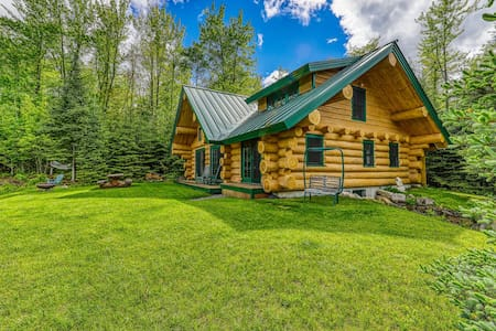 Dreamy, dog-friendly cabin home near Cannon Mountain Ski Resort!