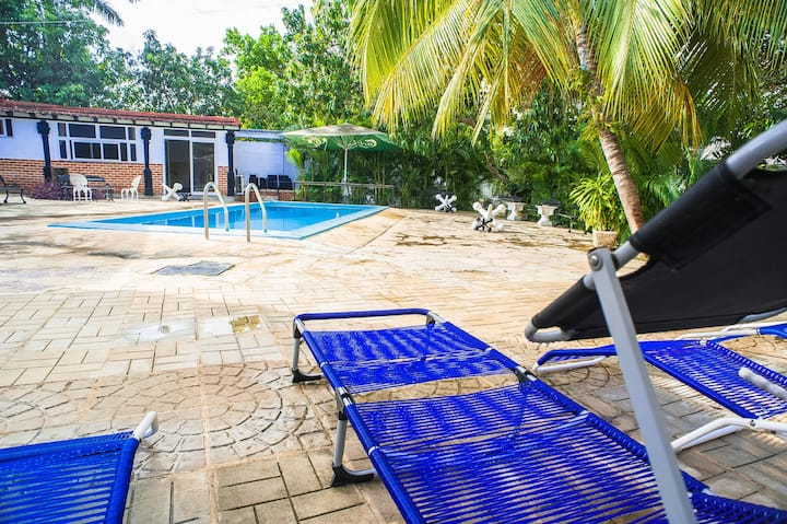 R1. Luxury Villa with Pool, 5 min from the airport