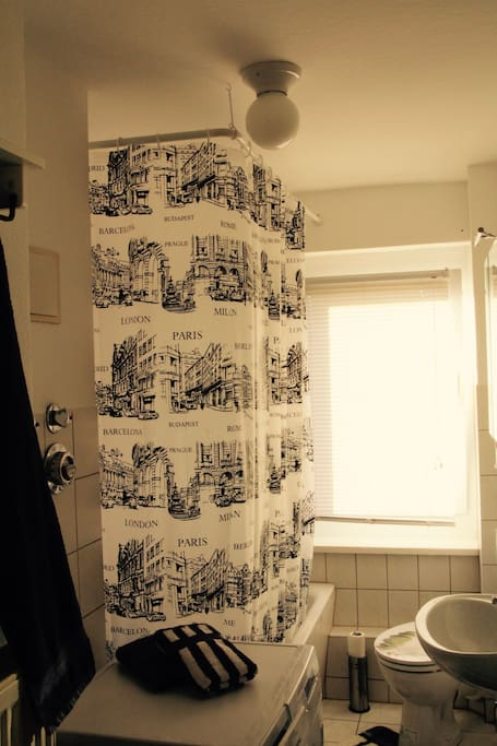 Badezimmer - Badewanne/Dusche und Waschmaschine